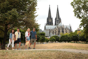 RHINE_DE_Cologne_Walking